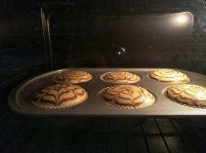 放进预热好的烤箱110度烤10分钟,转120度烤10分钟再转140度20分钟