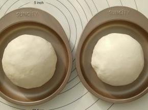 取出面团平均分成2份,用手揉圆放入阳晨6寸彩虹蛋糕烤盘里,进行二发(二发温度不要超过38度)