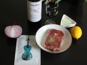 食材的准备:牛排1块、法国艾玛琳红酒150ml、白砂糖75克、黄油、黑胡椒味牛肉调料、柠檬、洋葱、番茄酱/黑胡椒酱