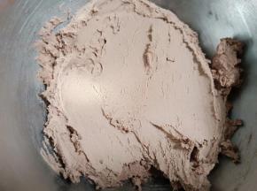 用橡皮刮刀把面粉和黄油拌匀,成为曲奇面糊。