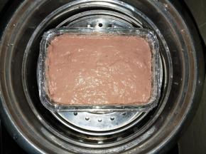 电锅里放入适量的水,隔水蒸50分钟