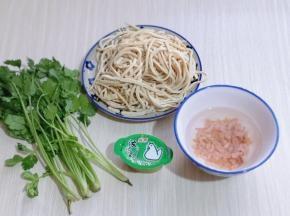 准备食材,我买的是袋装的干丝,用厚百叶自己切也可以!海米冷水泡10分钟!