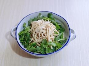 煮好的干丝放入碗中,加入香菜!