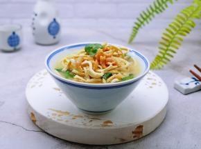 把浓汤倒入干丝碗中。