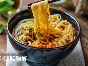 浇上一勺油辣子,拌匀了开吃,麻辣鲜香,一碗吃出一身汗,舒服。
