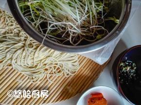 准备做小面的材料,一把面条,一点自家发的绿豆芽,葱花和调料。