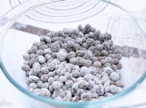 容器内放少许木薯淀粉,把搓成圆的珍珠放入,晃动容器,使其都沾上淀粉,避免粘连。