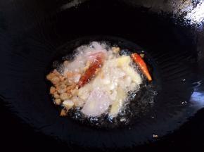放入毛葱、生姜、大蒜、红辣椒爆香