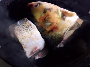 锅中放油烧热,放入鱼肉煎一下(可以煎两面,也可以煎一面)
