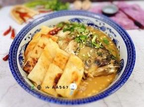 将鱼头盛出,将饼泡入鱼汤中,味道真的很鲜美哦!
