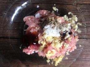 放入肉丝中,加入盐、胡椒粉、味精、料酒、生抽、蚝油