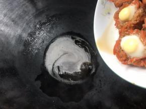 蒸好后把汤汁沥入锅中