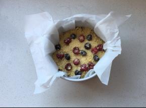 表面撒上金宝酥粒,预留出来的冷冻浆果,再撒一层金宝酥粒