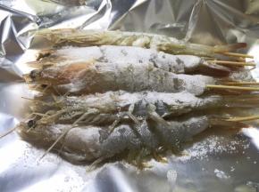 用盐将大虾埋起来
