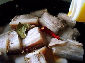 放入料酒,大火烧开后转中火,煮至肉8分熟