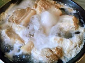 猪五花肉洗净,切半个手掌大小的块,凉水下锅,倒入少许料酒,焯水去血沫