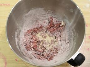 将面包的所有材料(除了黄油和盐)放入厨师机桶内。