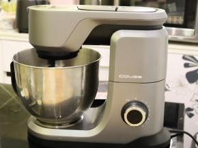 厨师机插上电源,先旋转按钮至2档,混合面团,再调3档,开始揉面。