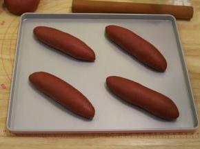 依次做好所有的面包胚,放入烤盘。