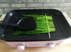 另一面韭菜也同样的烤软