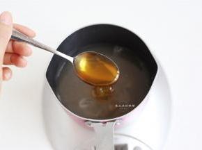 把冰糖,梨汁和清水放入锅里,倒入麦芽糖。