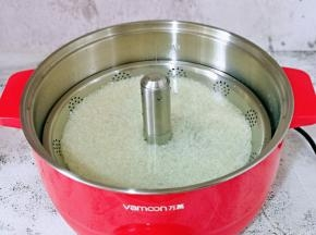 将提篮放回锅体,加入纯净水,没过提篮即可。