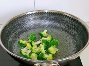 西蓝花焯水,加入2g盐,将锅中加入水烧开,下入西蓝花,再次烧开煮1分钟捞出。