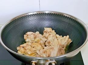 起油锅,加入鸡腿肉小火煎制两面微黄。