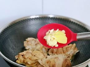 加入切好的姜蒜。