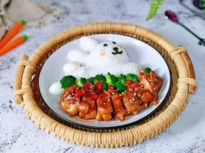 米饭用模具压出小兔子,做上眼睛,鼻子,嘴巴,脸颊涂了一点番茄酱,照烧鸡腿切块摆盘,放上西蓝花,撒上熟白芝麻,红辣椒段就可以享用啦!