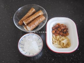 准备好食材,这季节也有新鲜的百合买,要是能买到味道会更好哦,桂圆是上个月买了鲜果,吃不完就做成了桂圆干,秋冬季节用来煮甜汤再好不过了。