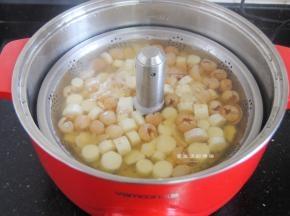 此时捞出来看一看,发现百合变得半透明就可以进行下一步了,要是使用鲜百合,那就直接把所有材料一起倒入锅里熬煮哦~