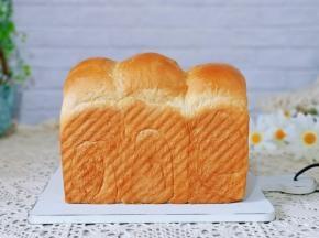 香甜松软的养乐多吐司面包。