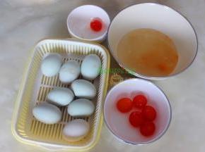 月饼馅的制作:咸蛋去壳去蛋白,取出咸蛋黄,喷一点白酒放入烤箱烤10分钟,取出。