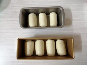 卷起,放入300克的吐司盒里,一个300克的吐司盒可以放入4个面包胚,我另外用一个磅蛋糕模放剩余的3个面包胚(如果你用的是450克吐司盒,就把面团分成3份,同样的步骤操作)