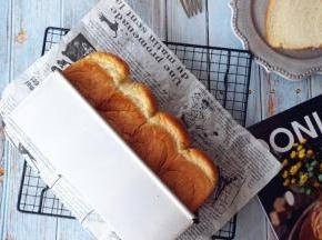 烘烤结束,把面包取出,震出热气,侧倒在晾架上晾凉,未食用的面包,放入保鲜袋里,扎紧口袋,室温保存