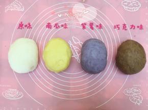 冰皮月饼粉加抹茶粉、南瓜粉、紫薯粉、可可粉可调成几种颜色的面团。