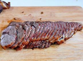 将好的牛肉要等冷后放入冰箱冷藏2小时以上,再取出来切片,这样切出来比较好看!而且不容易碎!
