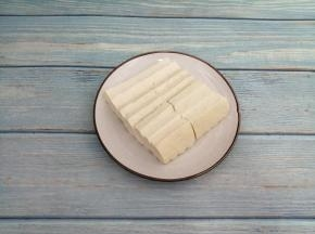 豆腐洗干净先切成片,再切成块