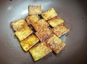 煮到豆腐入味,酱汁变浓稠为止关火