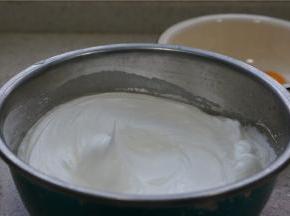 打发蛋白的方法还是一样,分次加糖打发,将蛋白糊打发至如图状。