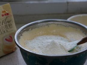 然后将金龙鱼糕点粉称量配在蛋糊里面,这款粉很是细腻,我一般都不过筛。