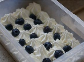 然后一层奶油水果的,一层一层码装好在盒子里面。