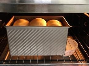 放入烤箱中进行发酵,放一碗热水增加温度和湿度,发至九分满。