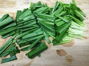 韭菜择洗干净,然后切成段
