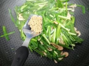加入鸡粉炒均匀即可出锅