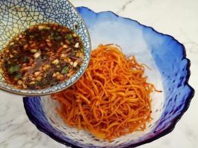 浸泡好的虫草花放入碗加入调好的料汁