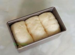 吐司盒的面团发酵至8-9分满,取出。同时把烤箱能的温水也取出。