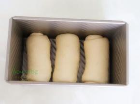 卷好的面团放入450克的吐司盒,烤箱内放一盘温水,吐司盒放入烤箱内,时间45分钟,功能按发酵温度在38度左右