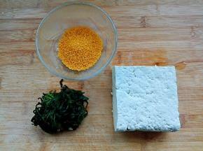 食材洗净。荠菜解冻攥干水分。